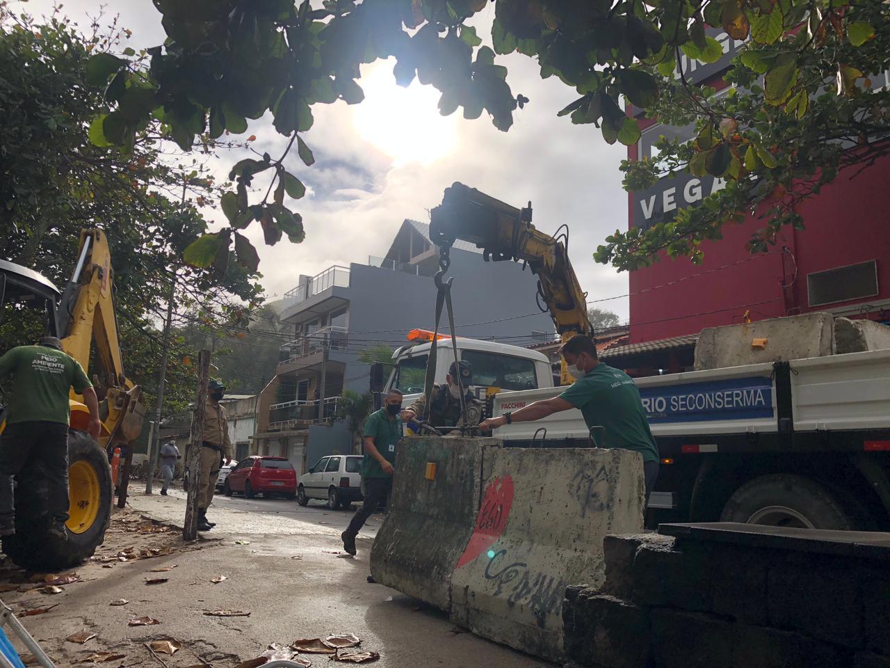 Construções irregulares são demolidas pela prefeitura na Zona Oeste