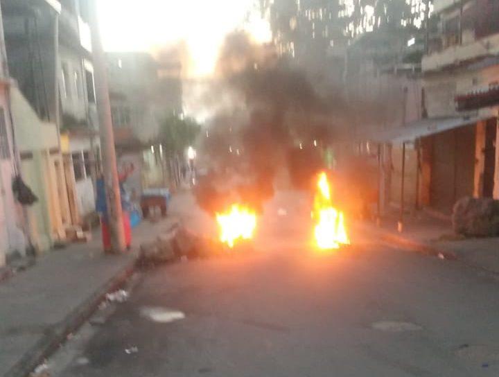 Traficantes impedem atuação de policiais civis na Vila Cruzeiro com barricadas
