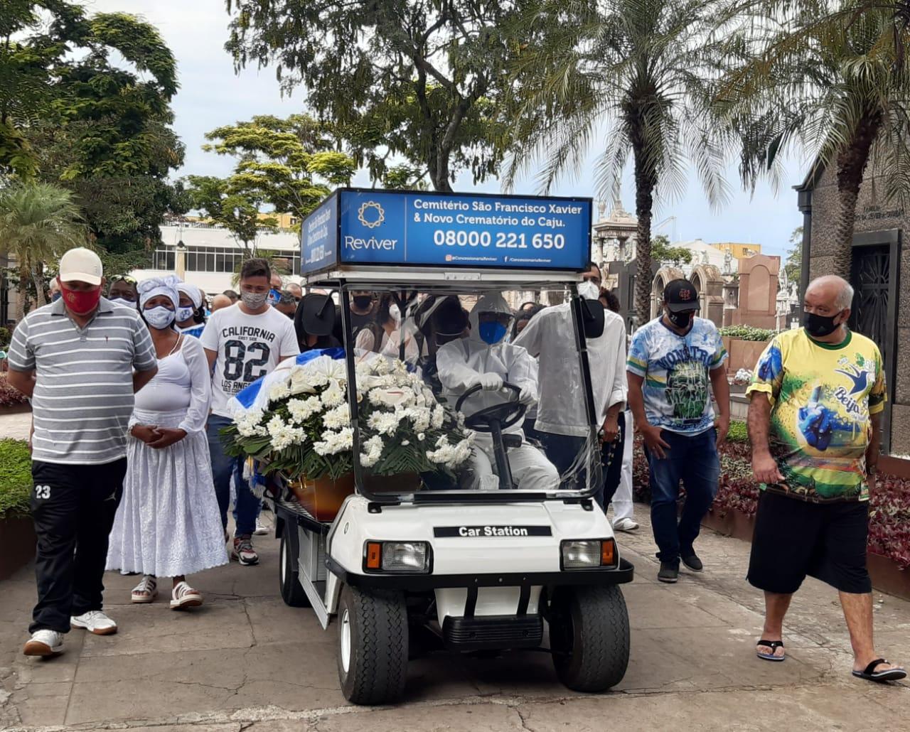 Corpo de diretor de carnaval, Laíla, é enterrado no Rio (Foto: Cyro Neves/ Divulgação: Super Rádio Tupi)