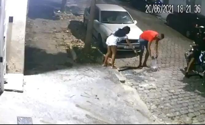 Casal sendo assaltado por motociclista