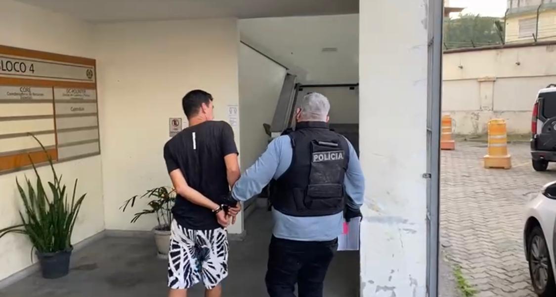 Policial civil prendendo miliciano na Zona Oeste