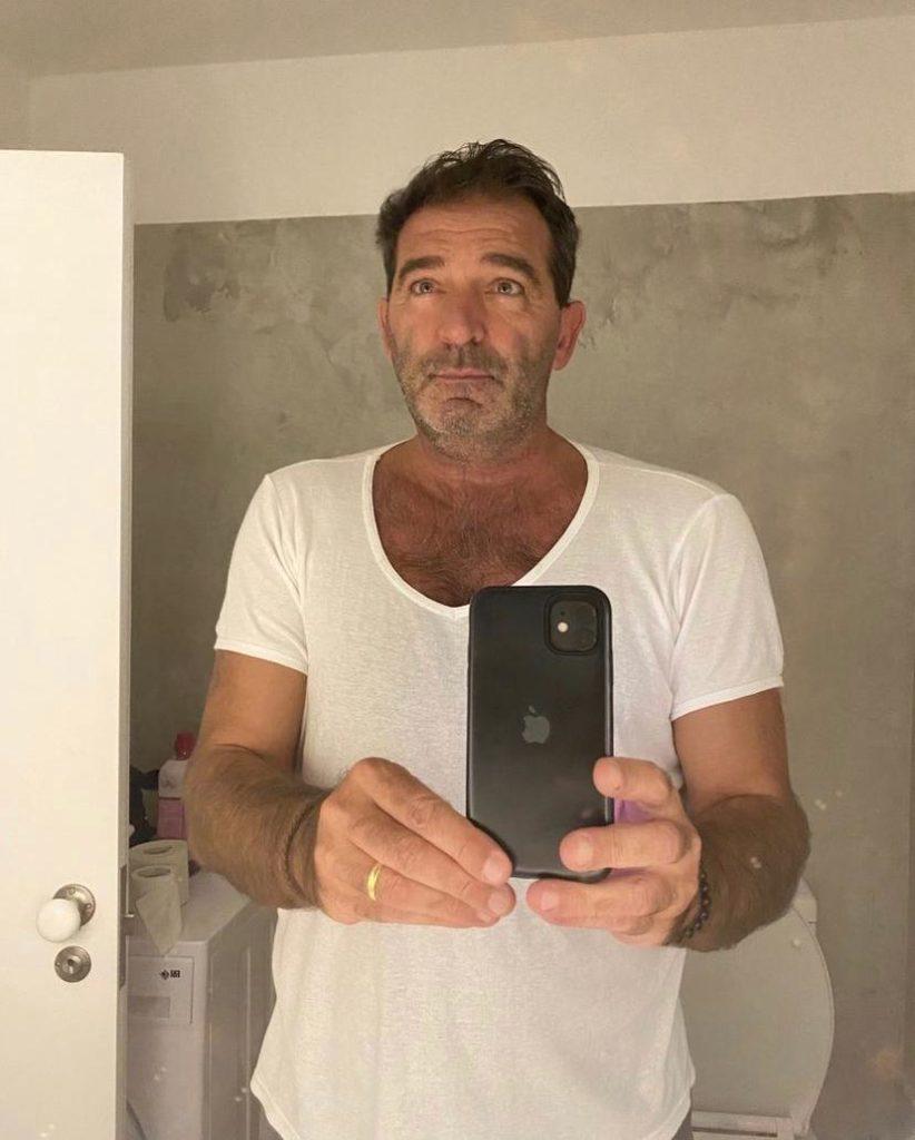 Johnny Lucet na frente do espelho posando pra foto