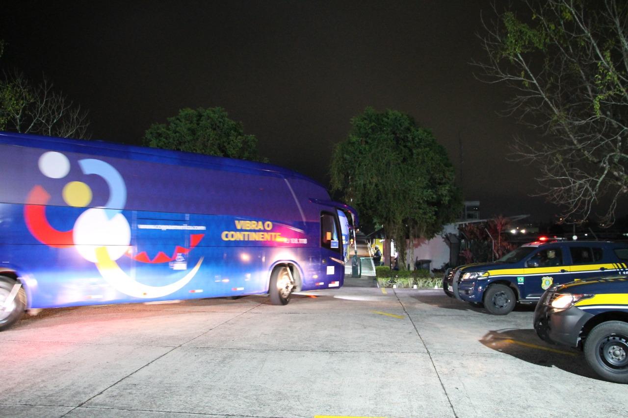 Imagem um ônibus e duas viaturas da PRF