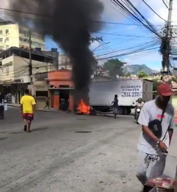 Moradores do Morro do Urubu protestam contra operação policial