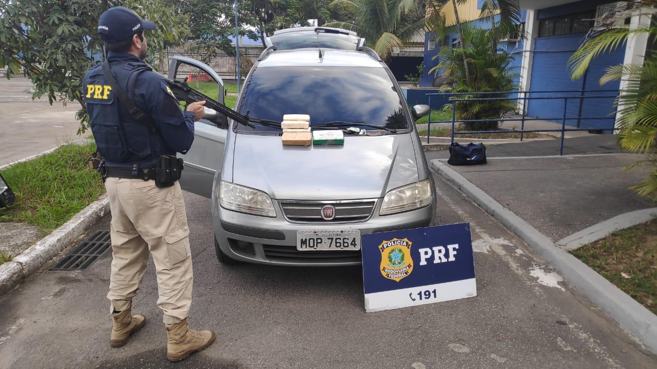 Imagem de um agente da PRF em frente a um veículo