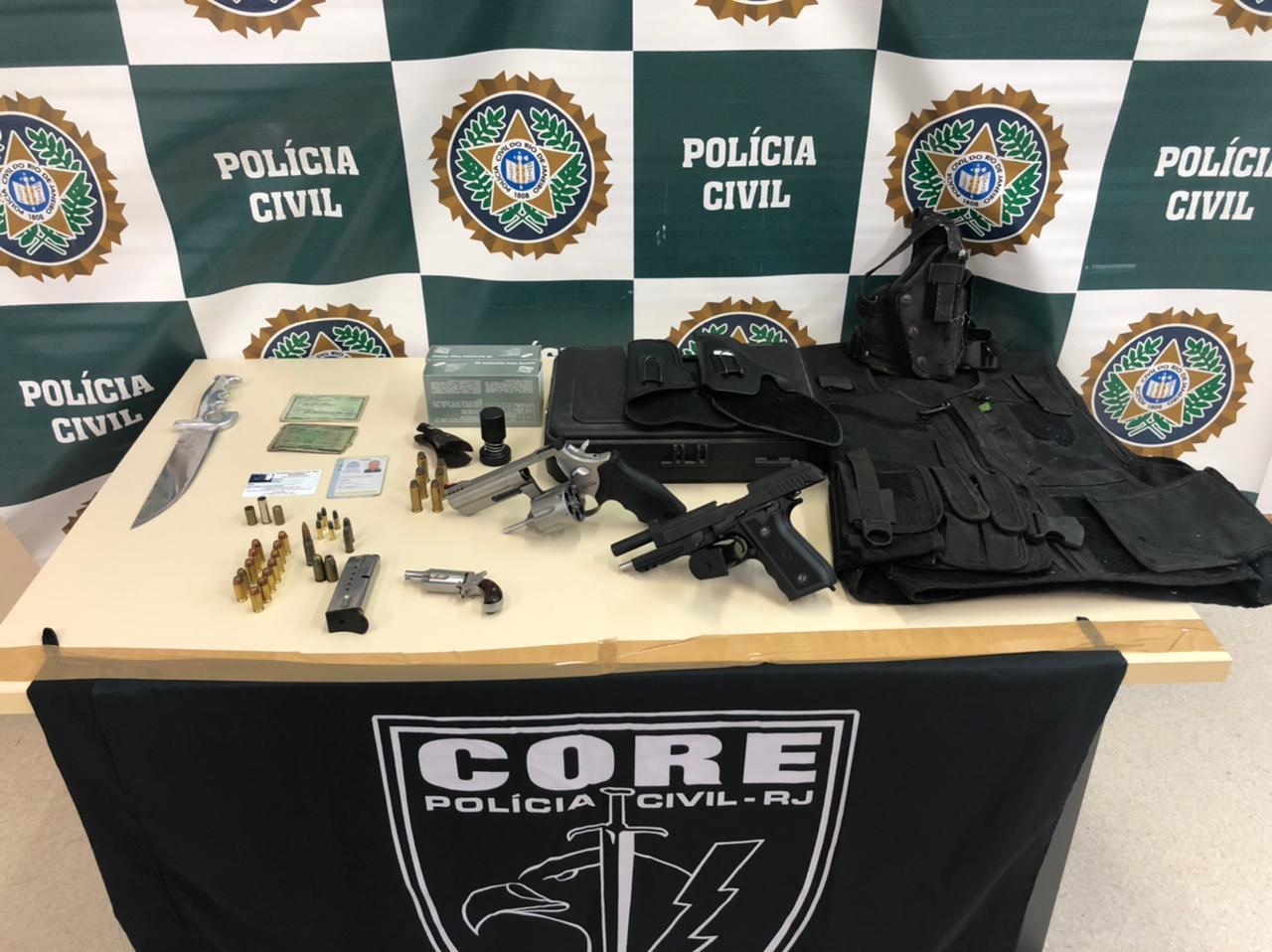Imagem de drogas e armas em uma mesa