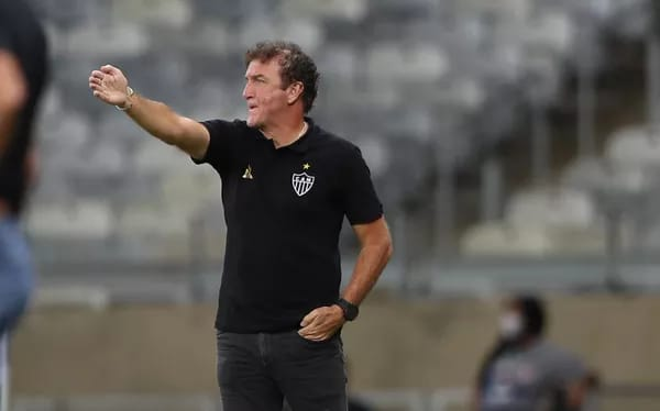 Cuca orientando a equipe do Atlético-MG