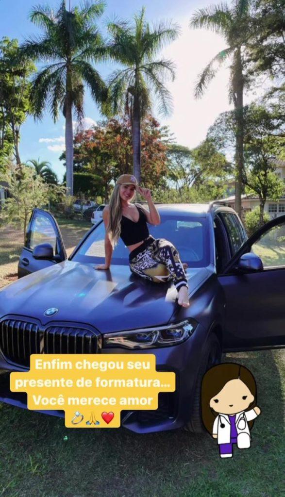 Camila Ângelo em cima do carro que ganhou de presente do jogador Huck