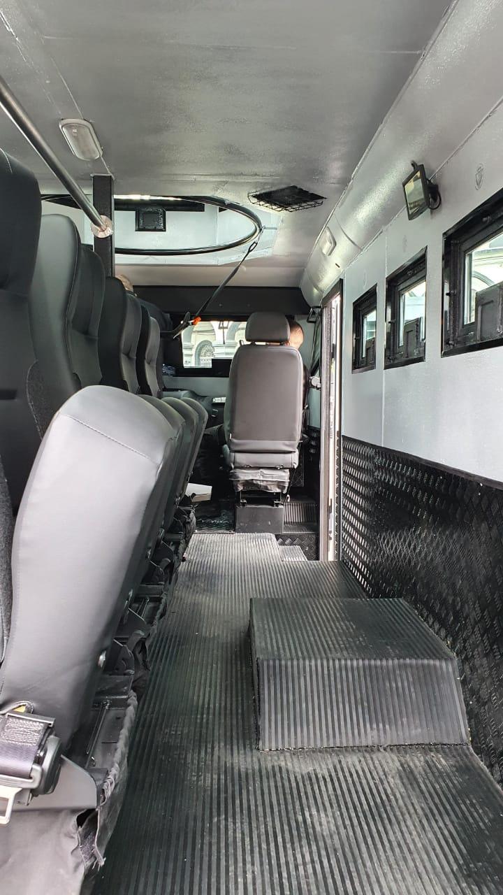Imagem do interior do veículo da Polícia Militar