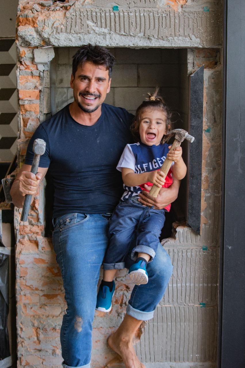 """Julio Rocha faz obra em casa e conta com a """"ajuda'' dos filhos (Foto: Cléber Andrade/ Divulgação)"""