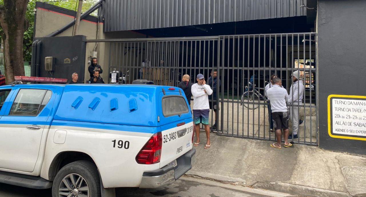 Policiais cercando a academia onde o policial foi baleado