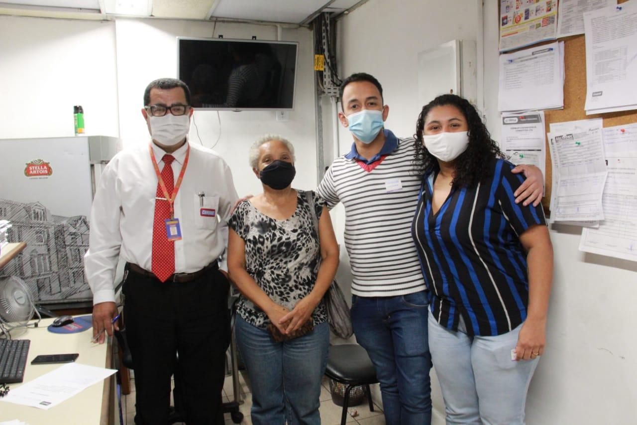 O gerente Ednaldo Ferreira ao lado da aposentada Aricleia, do repórter Mateus Mesquita e da locutora Dandara Kyzy