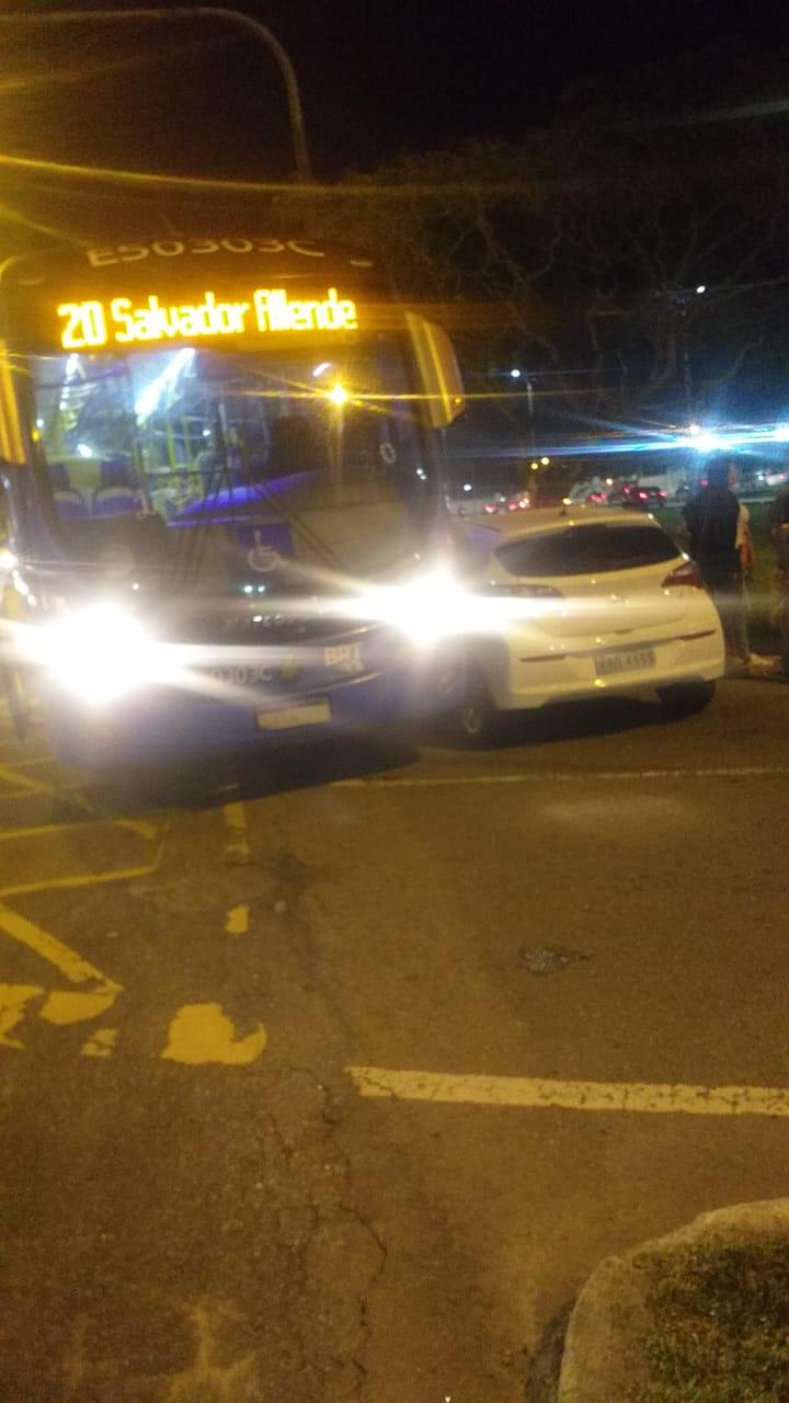 Imagem de uma BRT e um carro de passeio