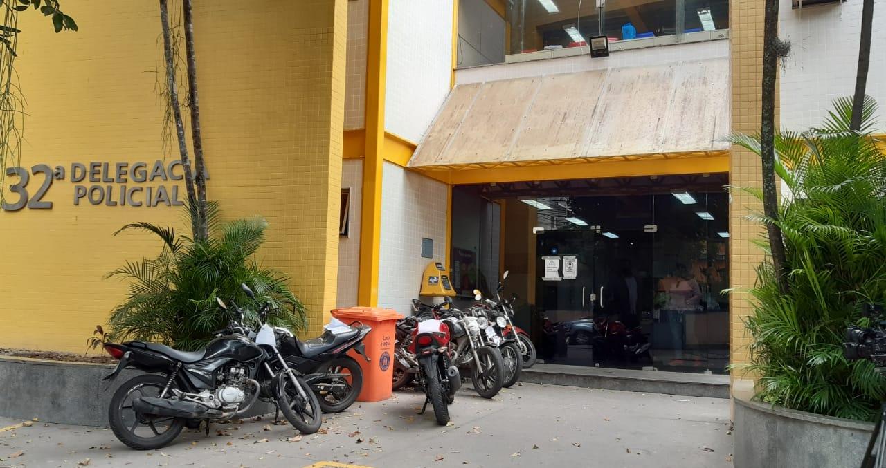 Acusado de matar mulher a facadas na Zona Oeste é preso, 32ª Delegacia de Policia (Jacarepaguá) (Foto: Cyro Neves/ Divulgação)