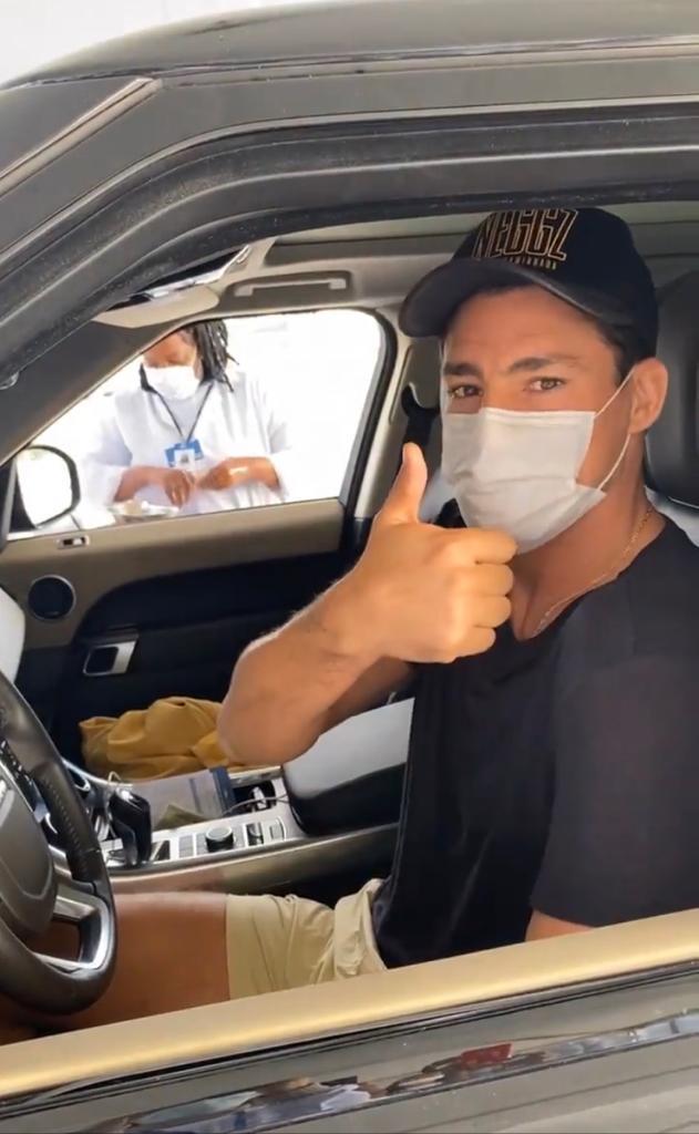 Cauã Reymond dentro do carro em posto de vacinação contra a Covid-19
