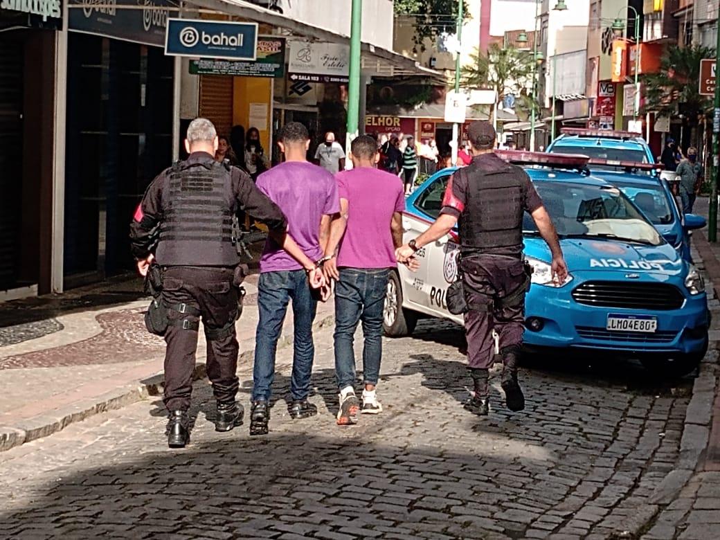 Criminosos assaltam loja em Angra dos Reis e faz atendente refém (Divulgação)