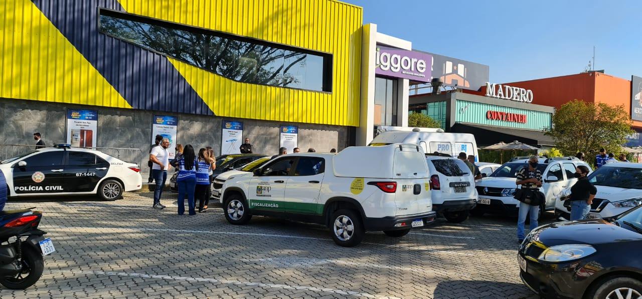 Posto de combustível na Barra da Tijuca é alvo de operação policial (Foto: Lucas Araújo/ Divulgação: Super Rádio Tupi)