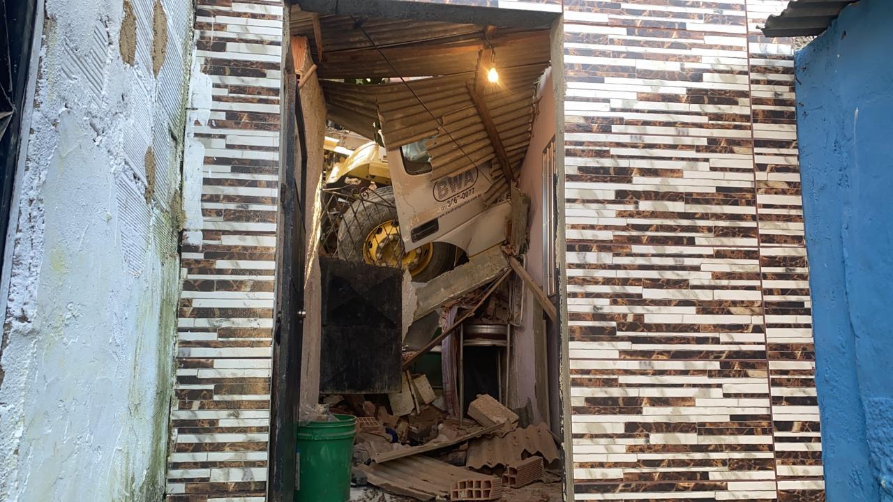 Casa de moradora fica destruída por caminhão desgovernado