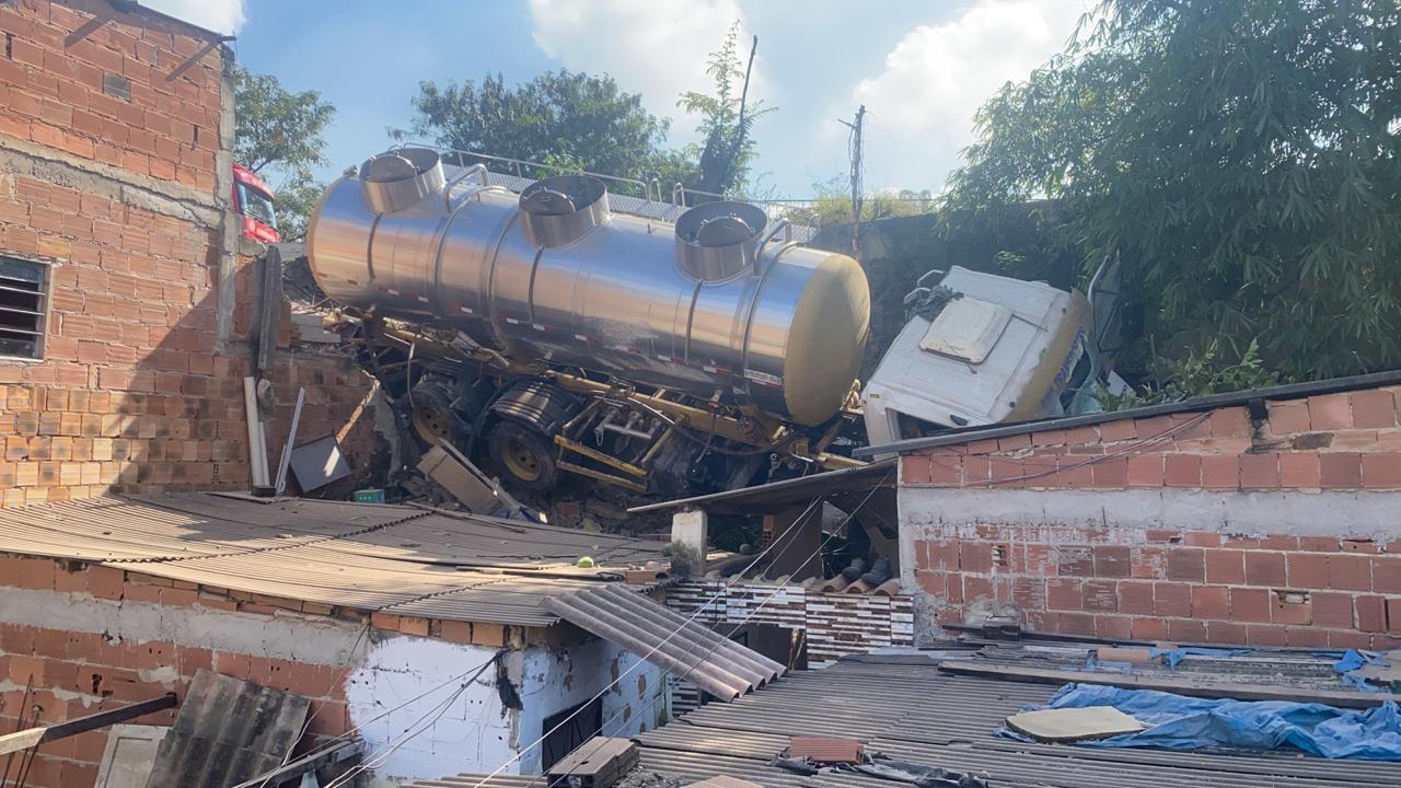 Caminhão desgovernado atinge casas na Zona Oeste