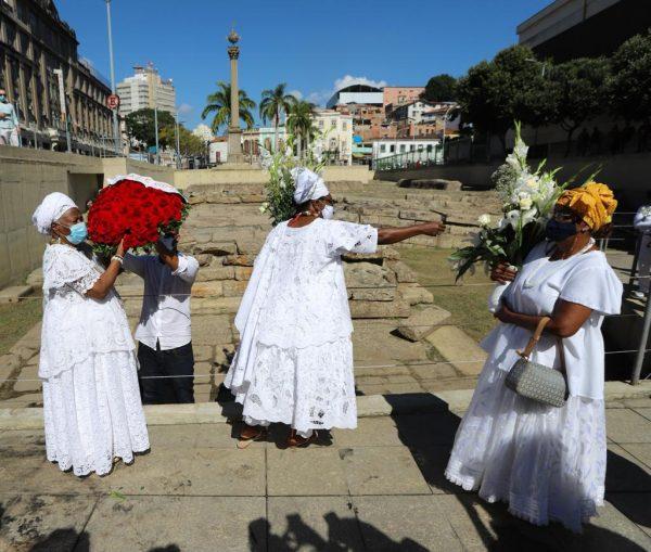 Mães de santo participando da lavagem do Cais do Valongo