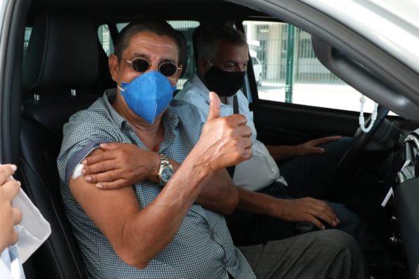 Zeca Pagodinho depois de tomar a segunda dose da vacina contra a Covid-19
