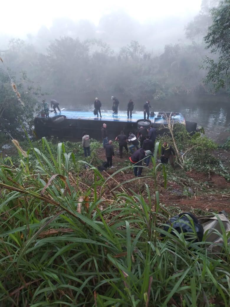Ônibus cai de ribanceira na cidade de Rio Claro