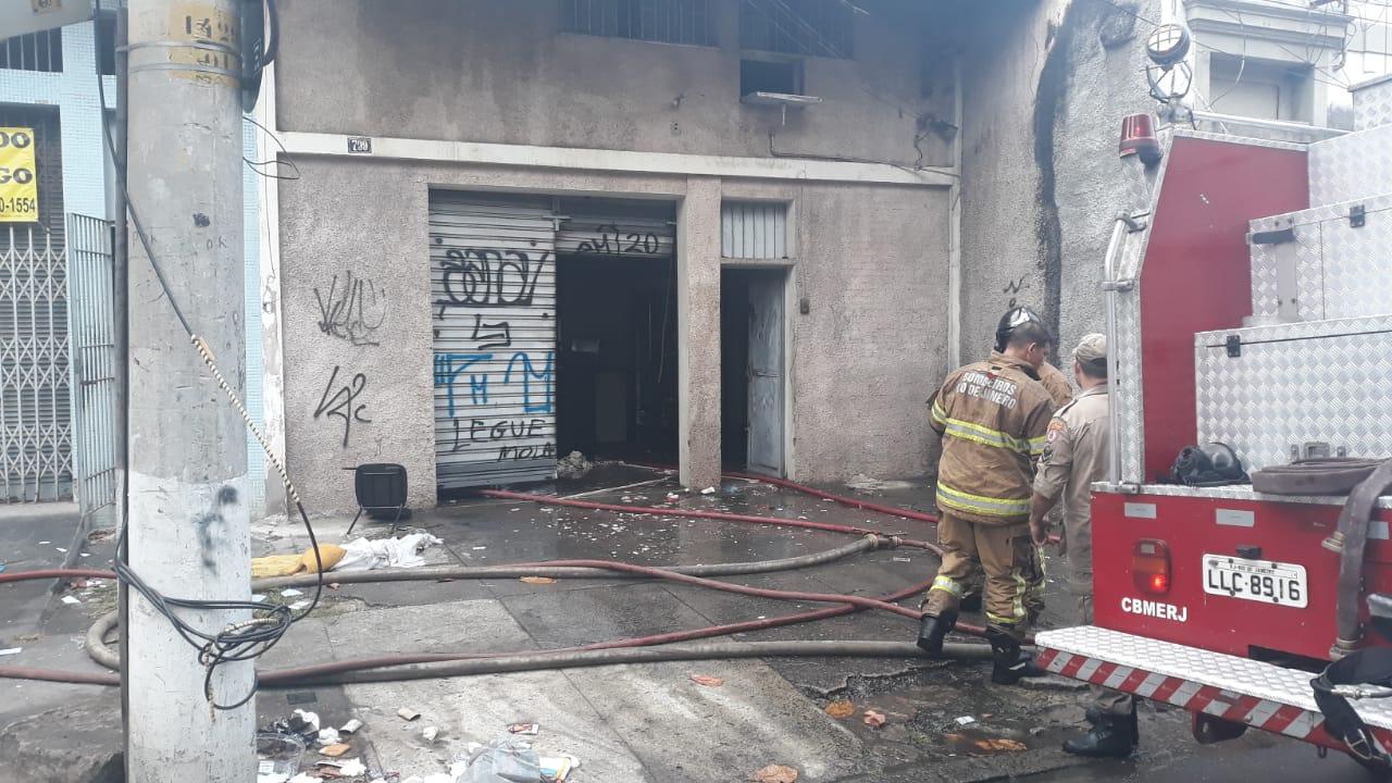 Incêndio atinge imóvel em São Cristóvão, Zona Norte do Rio (Foto: Lucas Araújo/ Divulgação: Super Rádio Tupi)