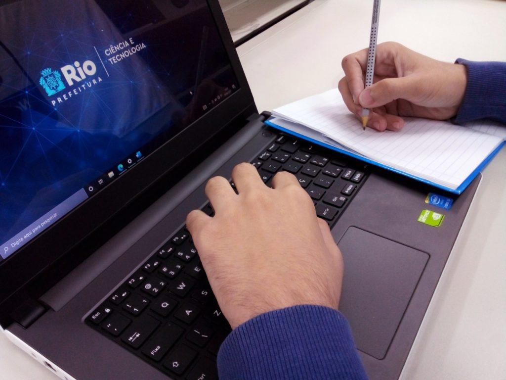 Jovem estudando no computador