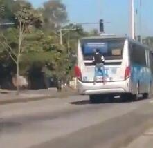 Imagem de homem pendurado em BRT