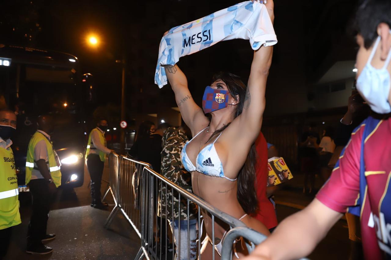 Só de biquíni, Suzy Cortez comemora vitória da Argentina na Copa América  (Foto: Daniel Pinheiro/ Divulgação)