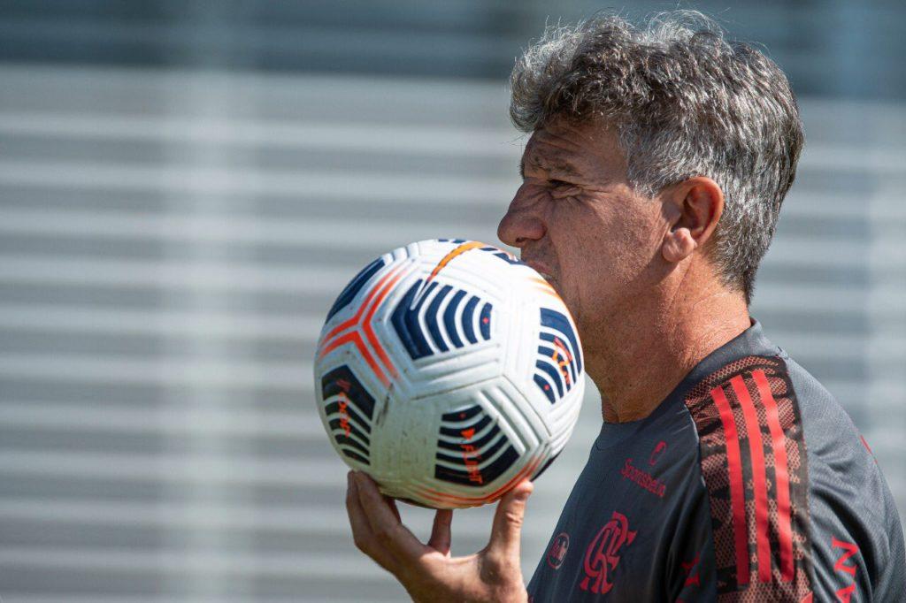 Durante o treinamento, Renato Gáucho está com a bola na mão