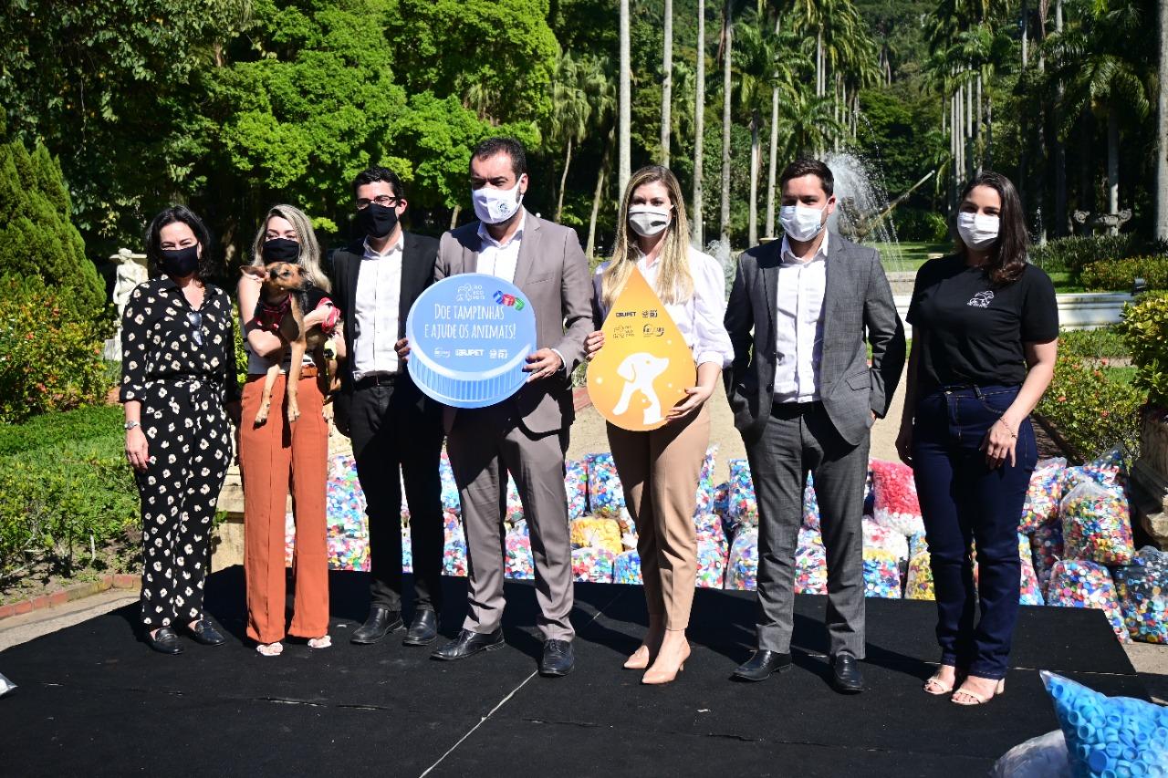 Na imagem, o governador Claudio Castro ao lado de representantes