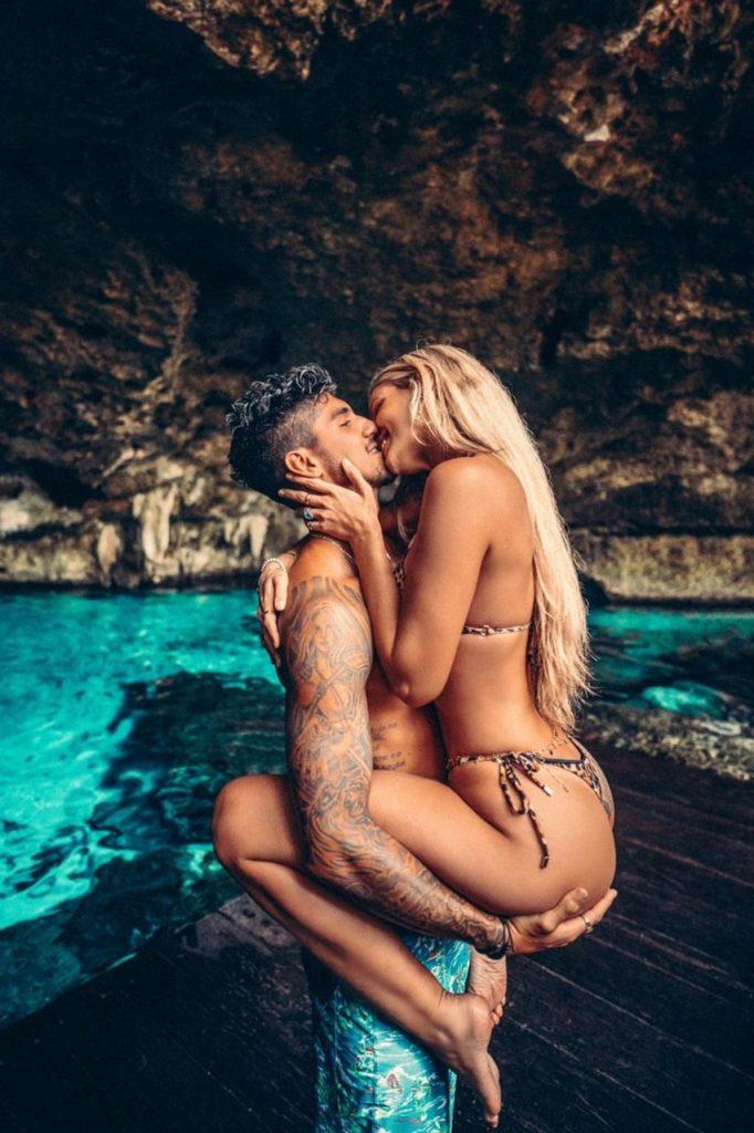 Gabriel Medina segurando Yasmin Brunet no colo numa gruta em viagem ao Mèxico