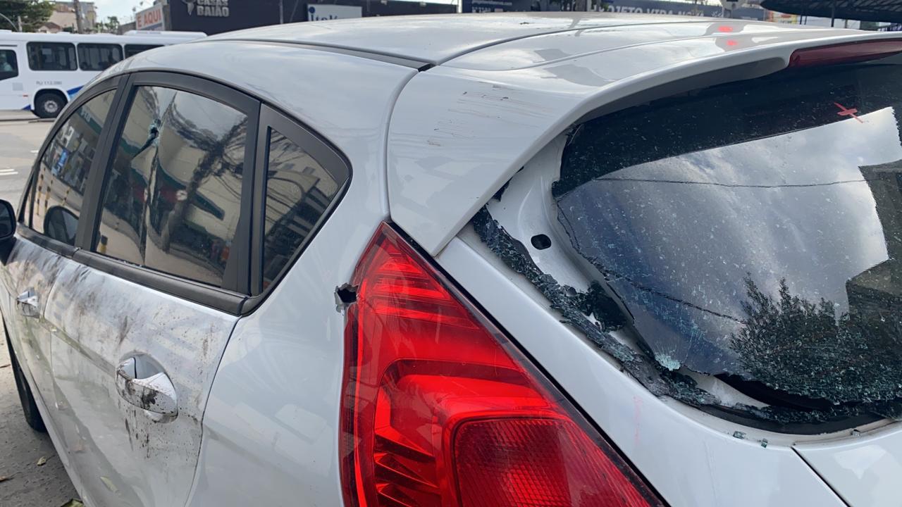 Na imagem, carro do PM que foi alvejado a tiros na Penha
