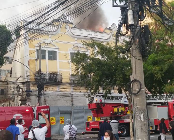Na imagem, incêndio em imóvel no Estácio, Zona Norte do Rio