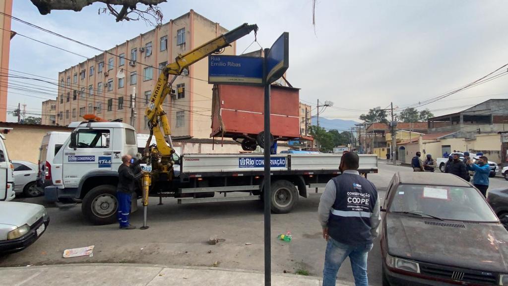 Imagem de um  trailer sendo demolido
