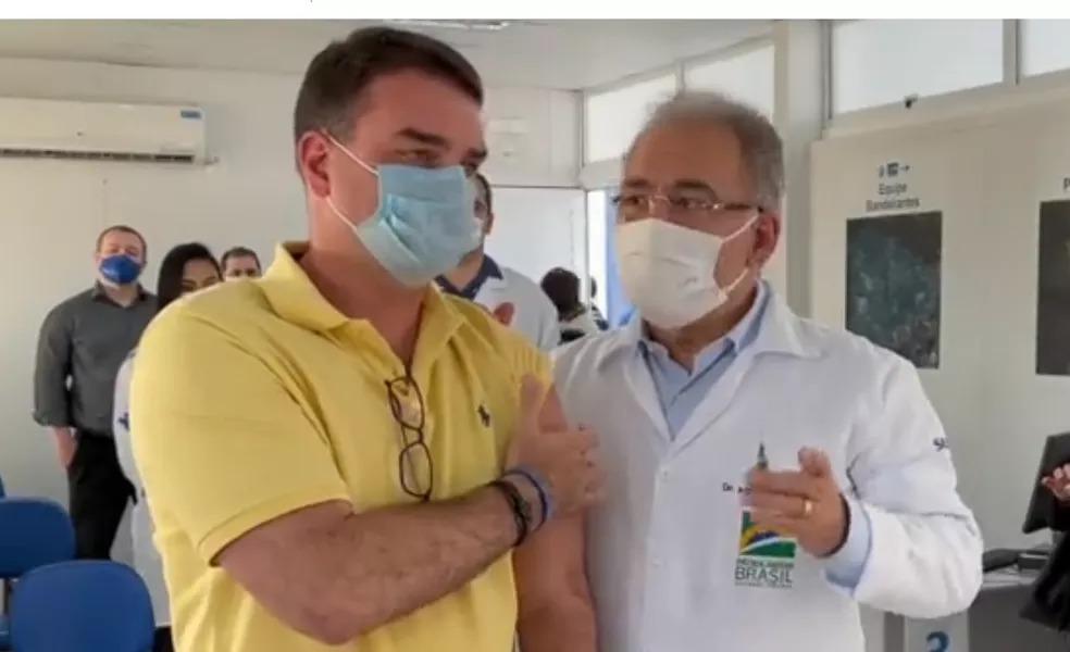 Flávio Bolsonaro posta vídeo sendo vacinado na repescagem