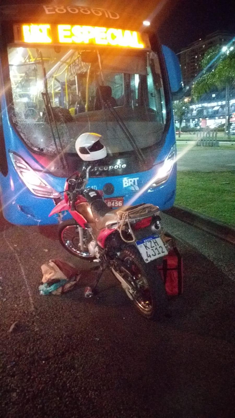 Imagem de um ônibus e uma motocicleta
