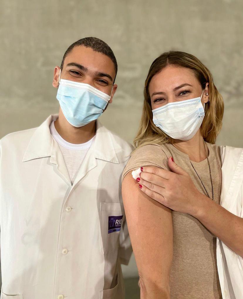 Paolla Oliveira e o profissional de saúde que aplicou a primeira dose da vacina