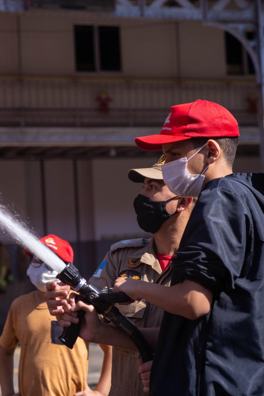 Na imagem, crianças atuam como Bombeiros por um dia