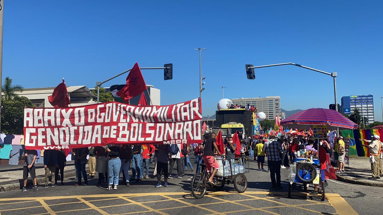 Protesto contra Bolsonaro ocupou as duas faixas centrais da Avenida Presidente Vargas