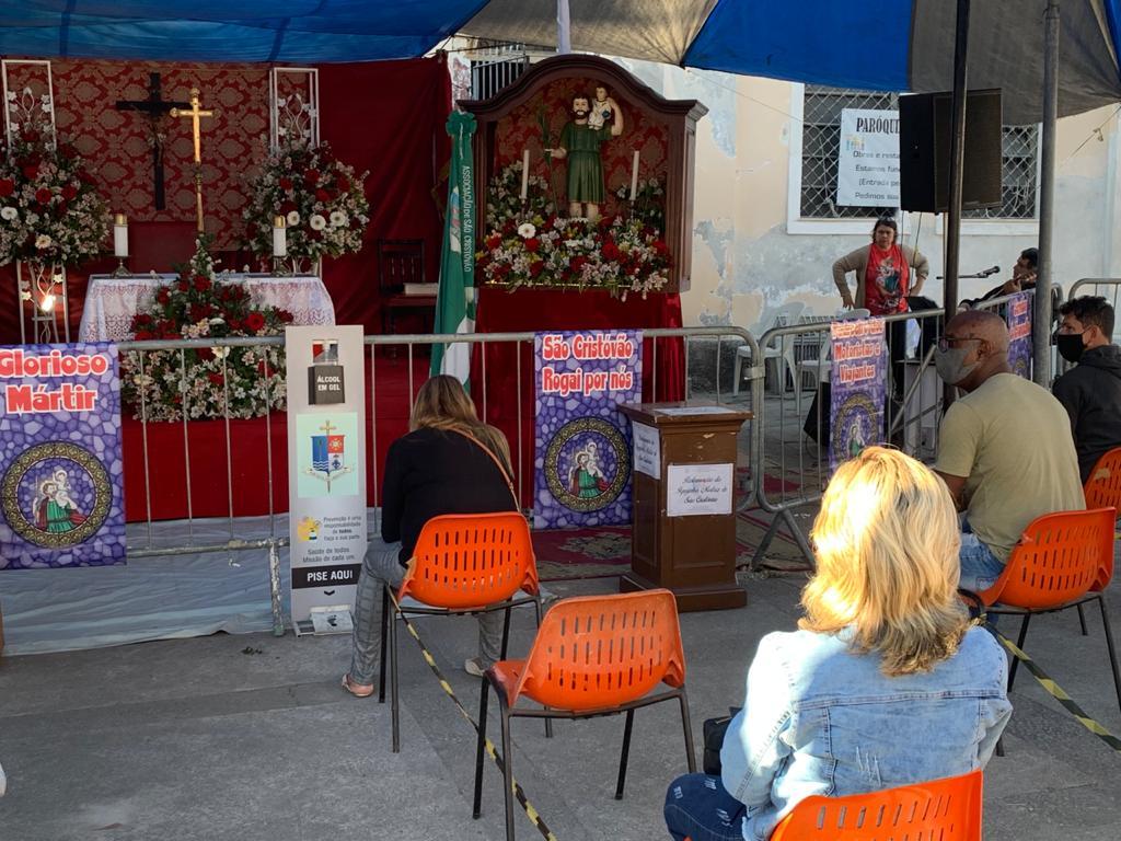 Imagem de pessoas em uma missa