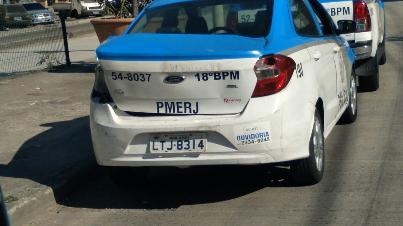 Carro da PM após colisão