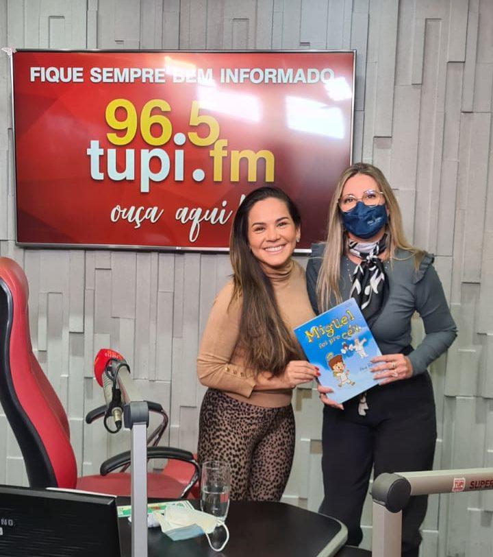 A autora Ana Rebello em entrevista ao Programa Isabele Benito. Foto: Rádio Tupi