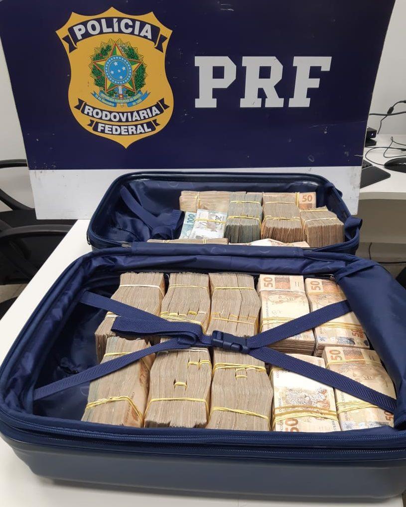 Passageira de ônibus é detida com meio milhão de reais em dinheiro