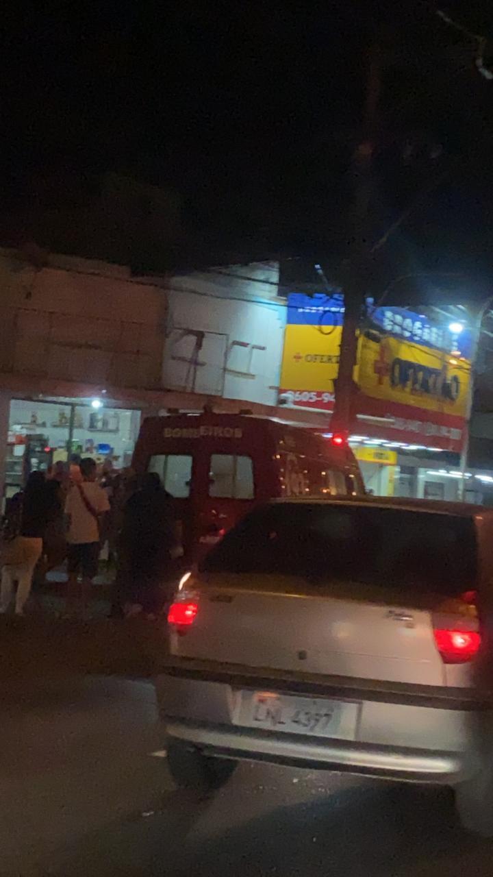 carro e ambulância na rua