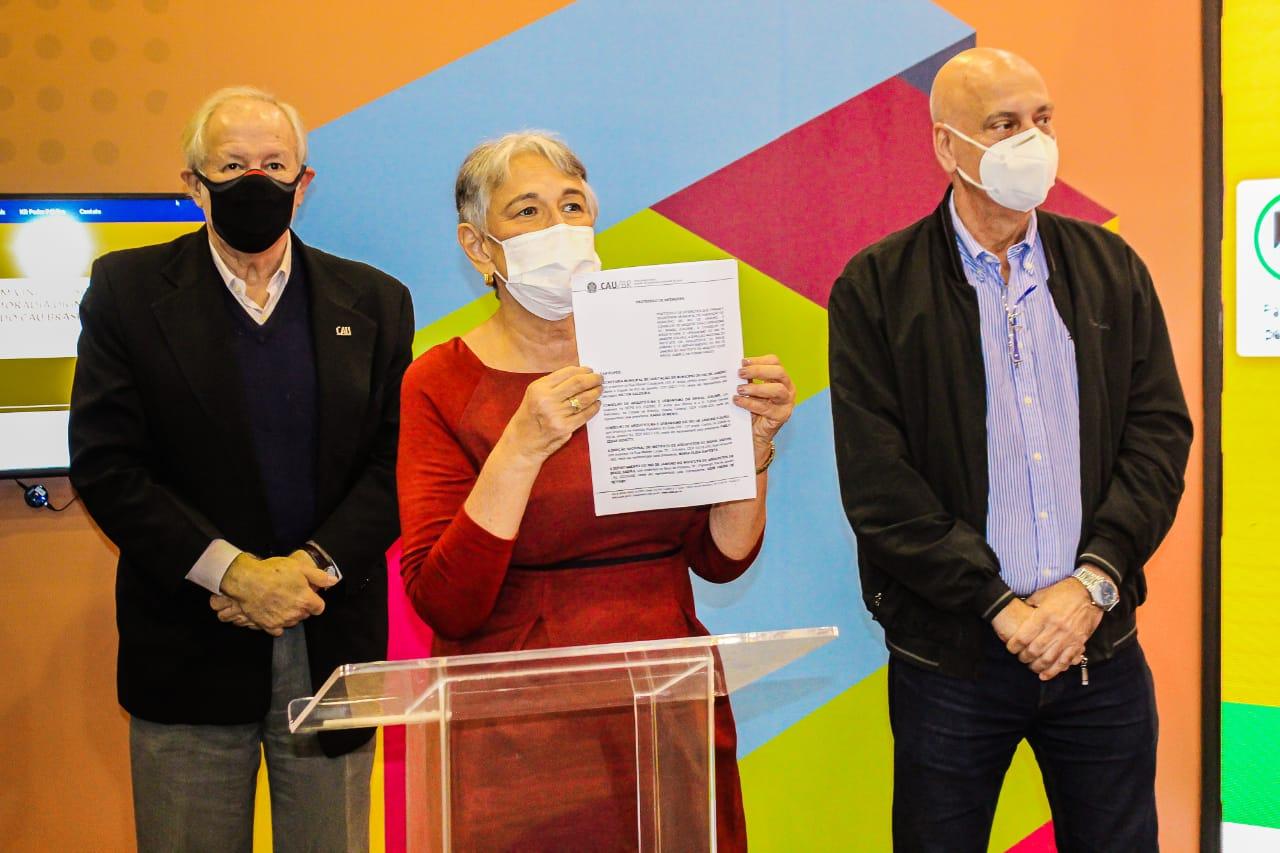 Na imagem, agentes da Secretaria Municipal de Habitação firmando parceria