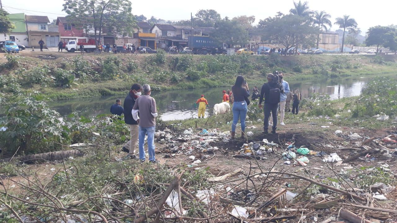 Policiais e Bombeiros fazem buscas por corpos de meninos desaparecidos em Belford Roxo (Foto: Lucas Araújo/ Divulgação: Super Rádio Tupi)