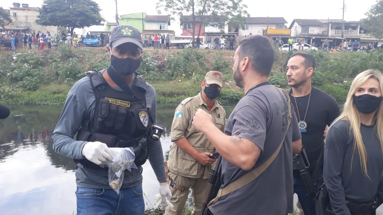 Na imagem, policia civil durante operação de busca de meninos em Belford Roxo