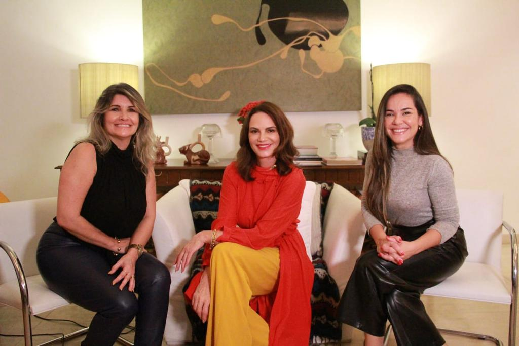 Na imagem, Luiza Brunet ao lado das apresentadoras Márcia Pinho e Isabele Benito